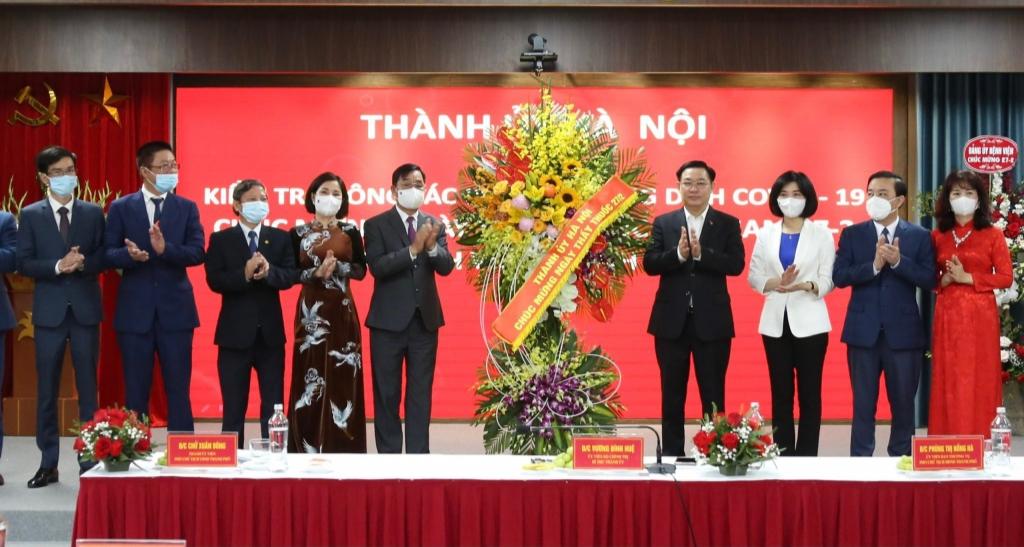 Bí thư Thành ủy Vương Đình Huệ tặng quà, chúc mừng đội ngũ cán bộ, y bác sĩ Ngành Y tế Thủ đô