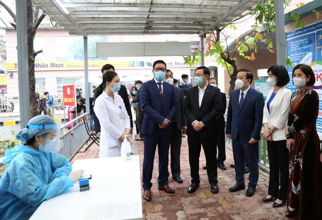 Bí thư Thành ủy Vương Đình Huệ kiểm tra công tác phòng, chống dịch Covid-19 tại Bệnh viện Thanh Nhàn