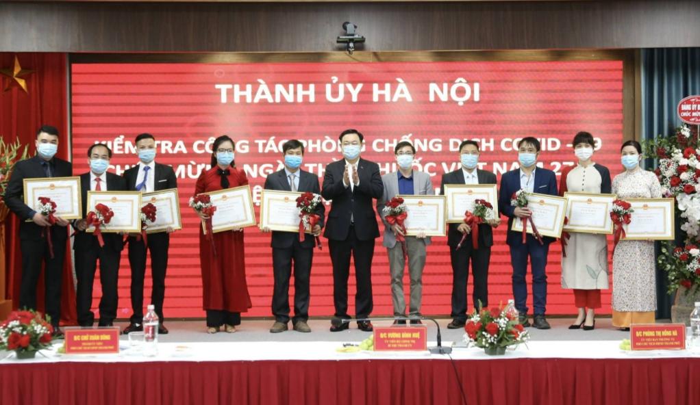 Bí thư Thành ủy Vương Đình Huệ trao Bằng khen cho các cá nhân có thành tích xuất sắc trong công tác phòng, chống dịch Covid-19