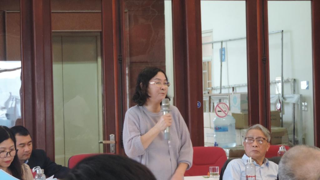 Bà Lê Quang Minh (con gái đồng chí Nguyễn Lam) phát biểu tại tọa đàm