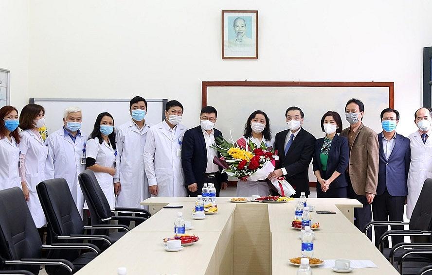 Chủ tịch UBND thành phố Hà Nội Chu Ngọc Anh chúc mừng Phòng Bảo vệ sức khỏe trung ương 5