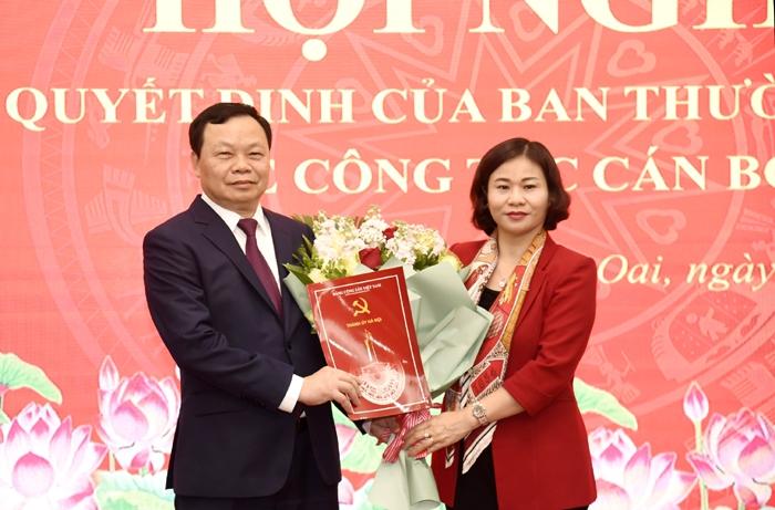 Phó Bí thư Thường trực Thành ủy Nguyễn Thị Tuyến trao Quyết định, tặng hoa chúc mừng đồng chí Đinh Trường Thọ