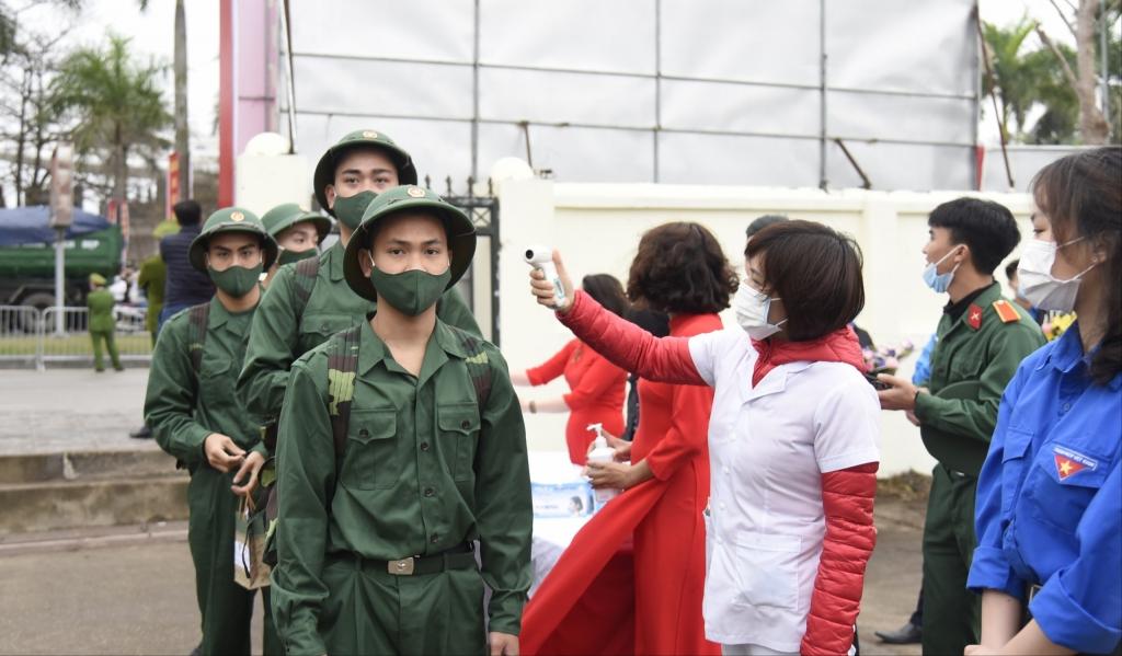 Các tân binh được đo thân nhiệt tại Lễ tuyển quân