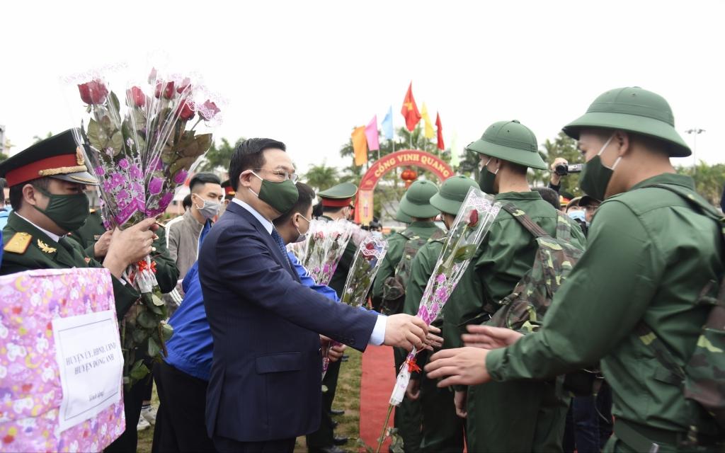 Bí thư Thành ủy Vương Đình Huệ tặng hoa, động viên các tân binh