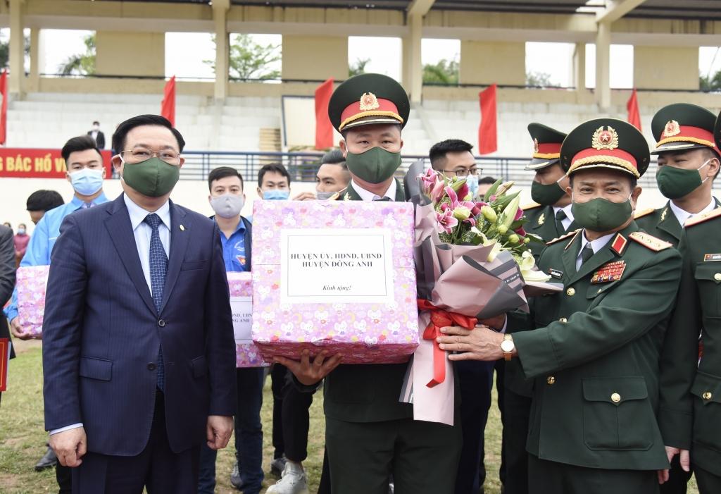 Bí thư Thành ủy Vương Đình Huệ tặng quà cho các đơn vị nhận quân