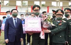 Bí thư Thành ủy Vương Đình Huệ động viên tân binh huyện Đông Anh lên đường nhập ngũ