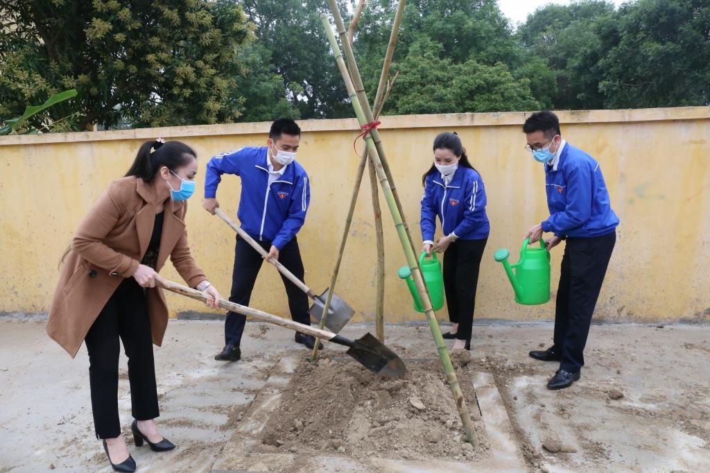 Thanh niên Thủ đô trồng cây xanh