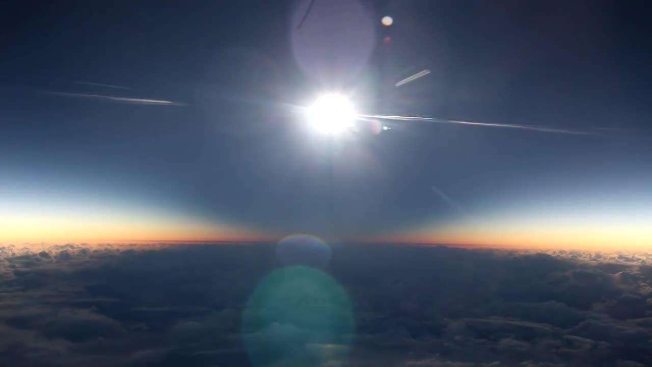Ngỡ ngàng cảnh tượng nhật thực đẹp ngoạn mục nhìn từ máy bay