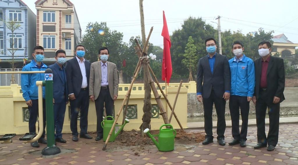 Đồng chí Trần Quang Hưng, Phó Bí thư Thành đoàn Hà Nội cùng đại diện lanh đạo Huyện Đông Anh trồng cây hưởng ứng Tháng Thanh niên