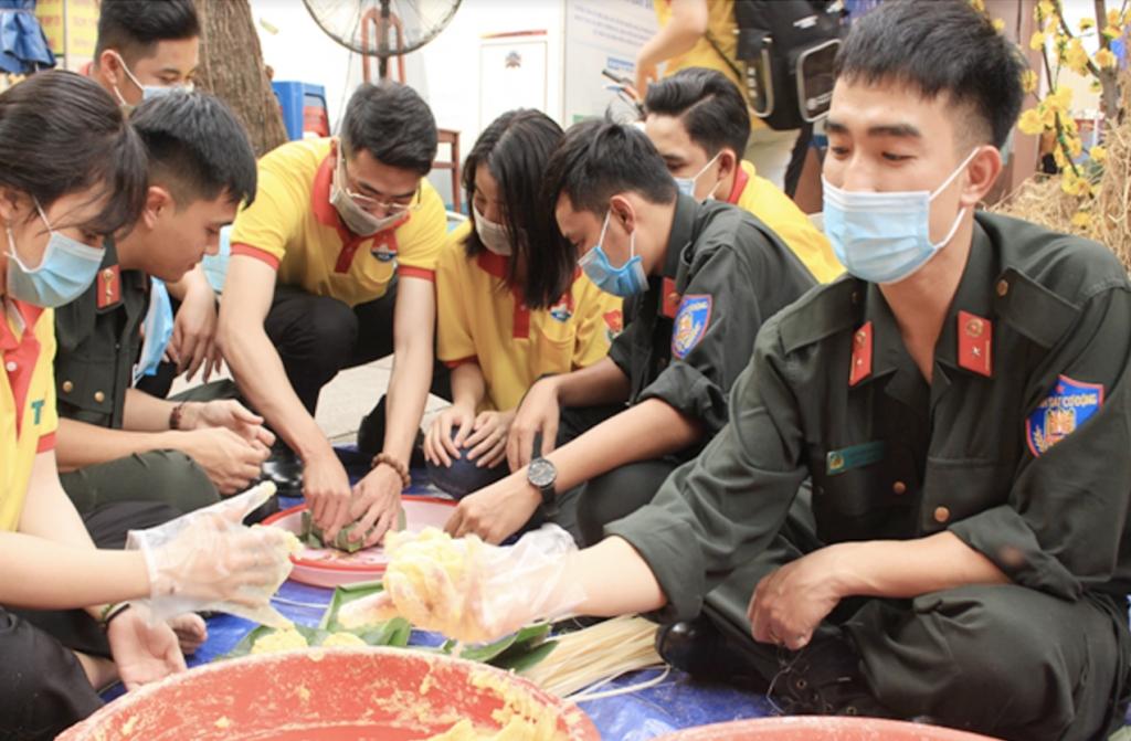 Từng chiếc bánh được người dân ở mọi tầng lớp, tham gia gói ghém để làm quà cho những người con xa quê