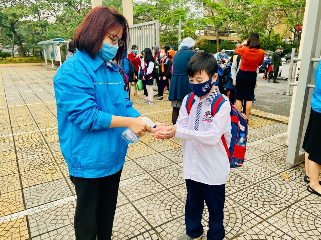 Thanh niên quận Long Biên đồng hành cùng các em học sinh