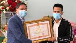 Trao bằng khen của Thủ tướng cho anh Nguyễn Ngọc Mạnh