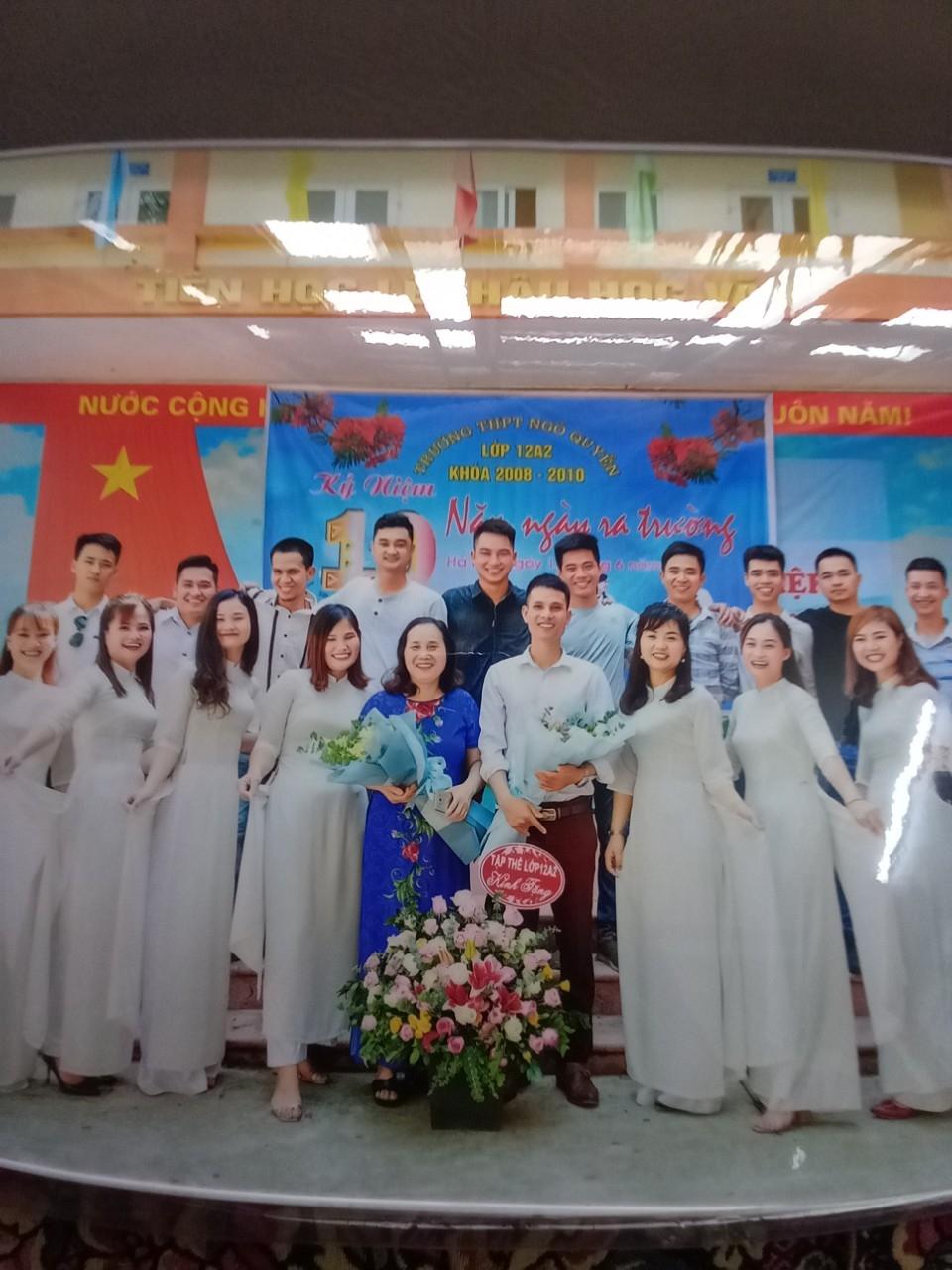 Cô giáo Trần Thị Tiểu gặp lại cậu học sinh cũ Nguyễn Ngọc Mạnh (bên trên, thứ 3 từ trái sang) vào năm 2020