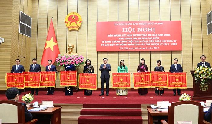 Bí thư Thành ủy Vương Đình Huệ trao Cờ thi đua của Chính phủ cho các tập thể