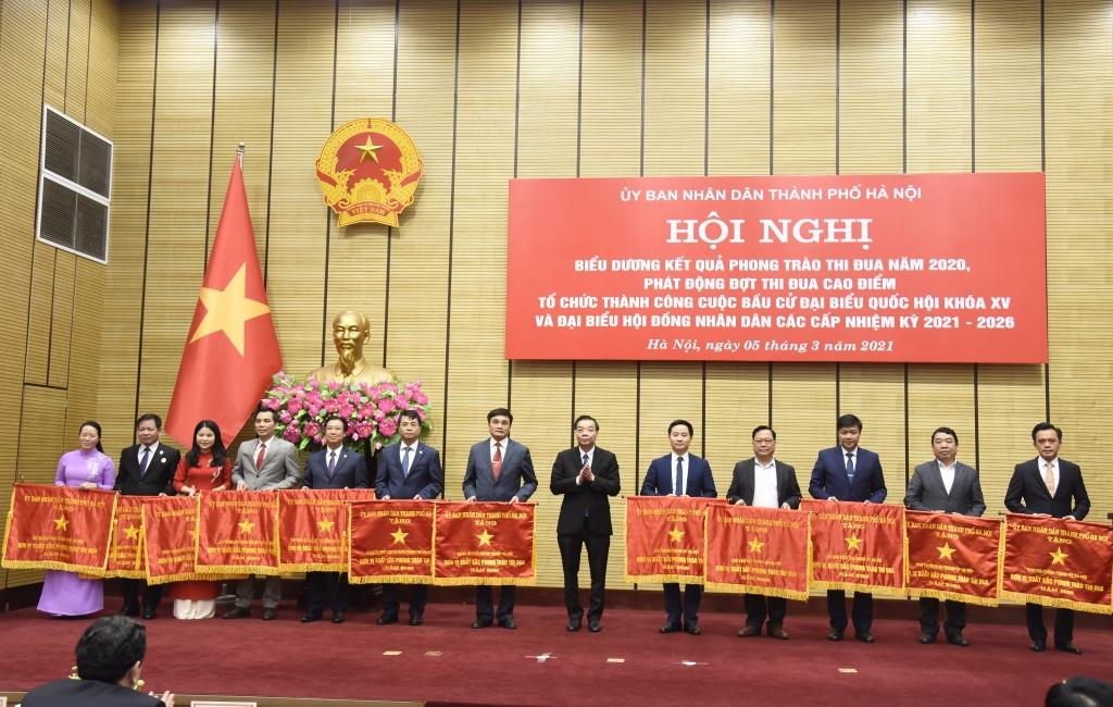 Chủ tịch UBND thành phố Chu Ngọc Anh trao Cờ thi đua của Thành phố cho các đơn vị