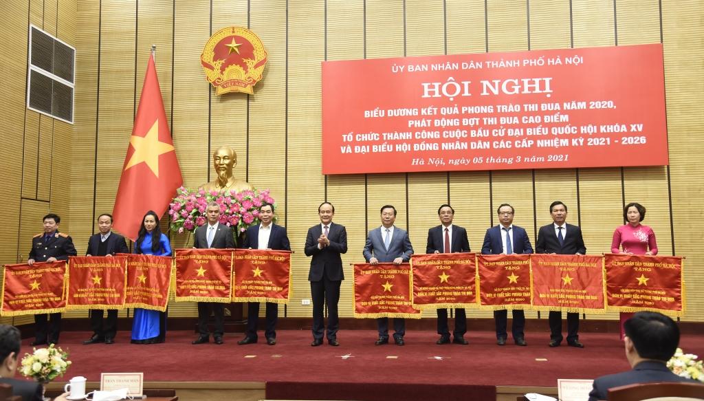 Chủ tịch HĐND thành phố Nguyễn Ngọc Tuấn trao Cờ thi đua của Thành phố cho các đơn vị