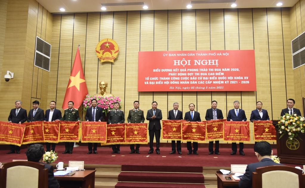 Phó Bí thư Thành ủy Nguyễn Văn Phong trao Cờ thi đua của Thành phố cho các đơn vị