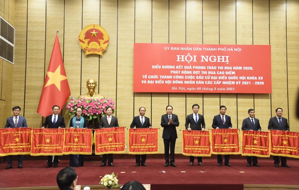 Chủ tịch Ủy ban Trung ương MTTQ Việt Nam Trần Thanh Mẫn trao Cờ thi đua của Chính phủ cho các đơn vị