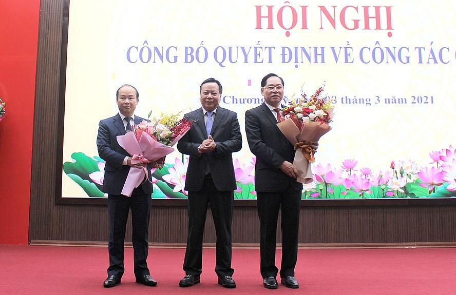 Phó Bí thư Thành ủy Hà Nội Nguyễn Văn Phong tặng hoa chúc mừng hai đồng chí nhận nhiệm vụ mới