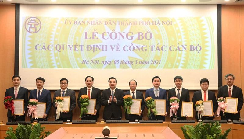 Chủ tịch UBND thành phố Chu Ngọc Anh trao các quyết định cán bộ.