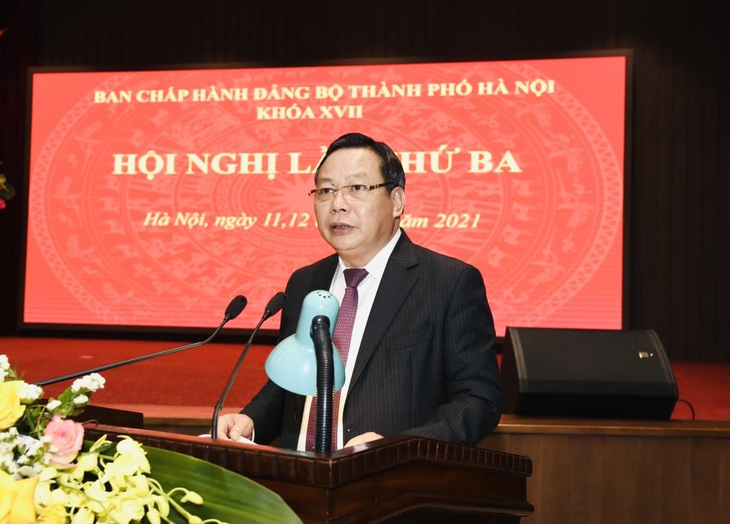 Phó Bí thư Thành ủy Nguyễn Văn Phong trình bày Tờ trình của Ban Thường vụ Thành ủy về Chương trình công tác năm 2021 trình bày báo