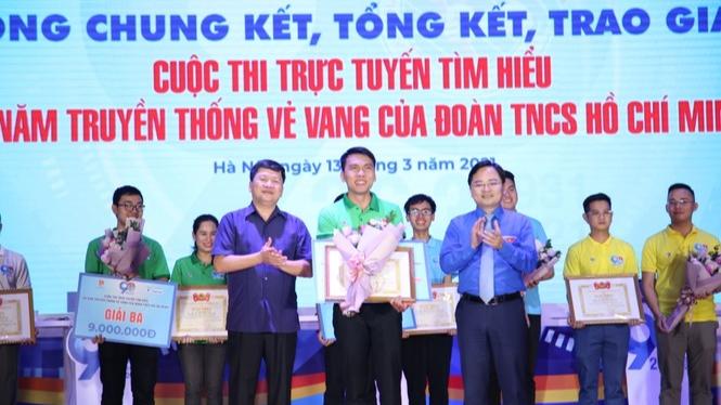 Anh Nguyễn Anh Tuấn, Ủy viên T.Ư Đảng, Bí thư thứ nhất T.Ư Đoàn, Chủ tịch T.Ư Hội LHTN Việt Nam trao giải Đặc biệt cho thầy giáo Cao Văn Nam