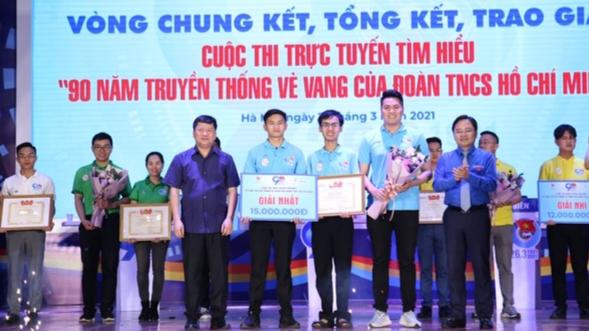Các vị đại biểu trao phần thưởng tới đội đoạt giải Nhất