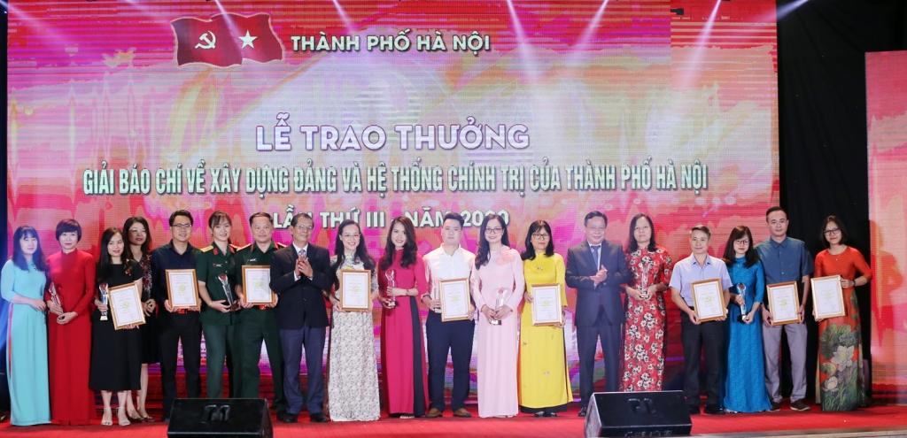 Trưởng ban Tuyên giáo Thành ủy Nguyễn Văn Phong và Giám đốc Đài PTTH Hà Nội Tô Quang Phán trao giải C Giải báo chí về Xây dựng Đảng và hệ thống chính trị cho các tác giả có tác phẩm đạt giải