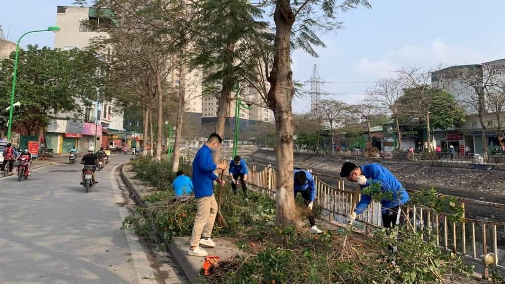 Đoàn viên, thanh niên ra quân vệ sinh môi trường