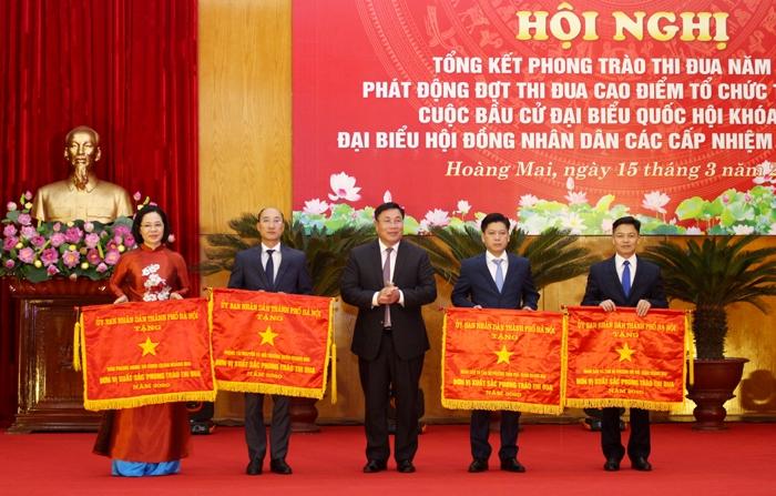 Bí thư Quận ủy Hoàng Mai Nguyễn Quang Hiếu trao Cờ thi đua xuất sắc của Thành phố cho các tập thể
