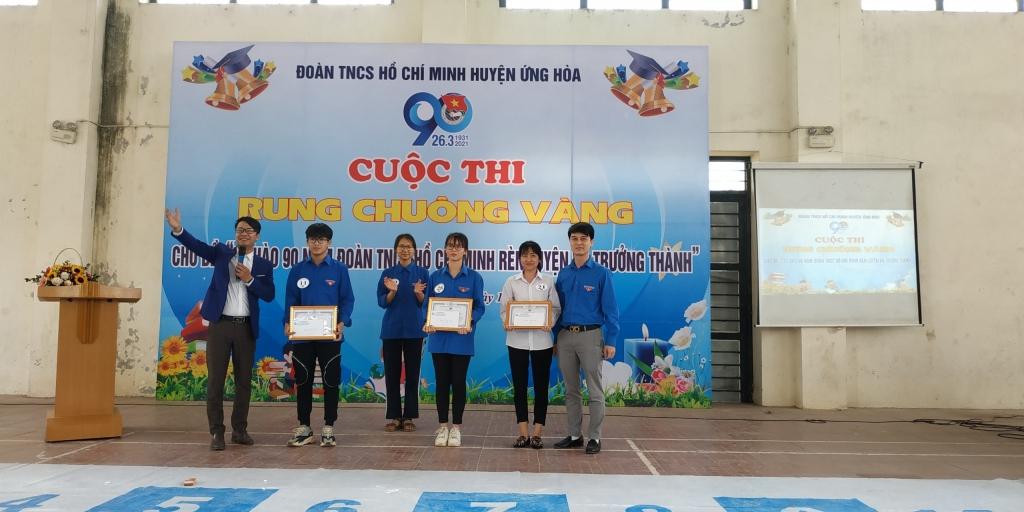 Đại diện Ban Tổ chức trao giải tới các thí sinh xuất sắc