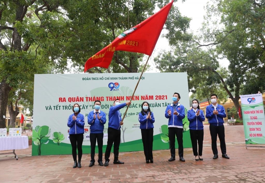 Ban Thường vụ Thành đoàn Hà Nội trao cờ xuất quân Tháng Thanh niên năm 2021 tới đại diện thanh niên Thủ đô
