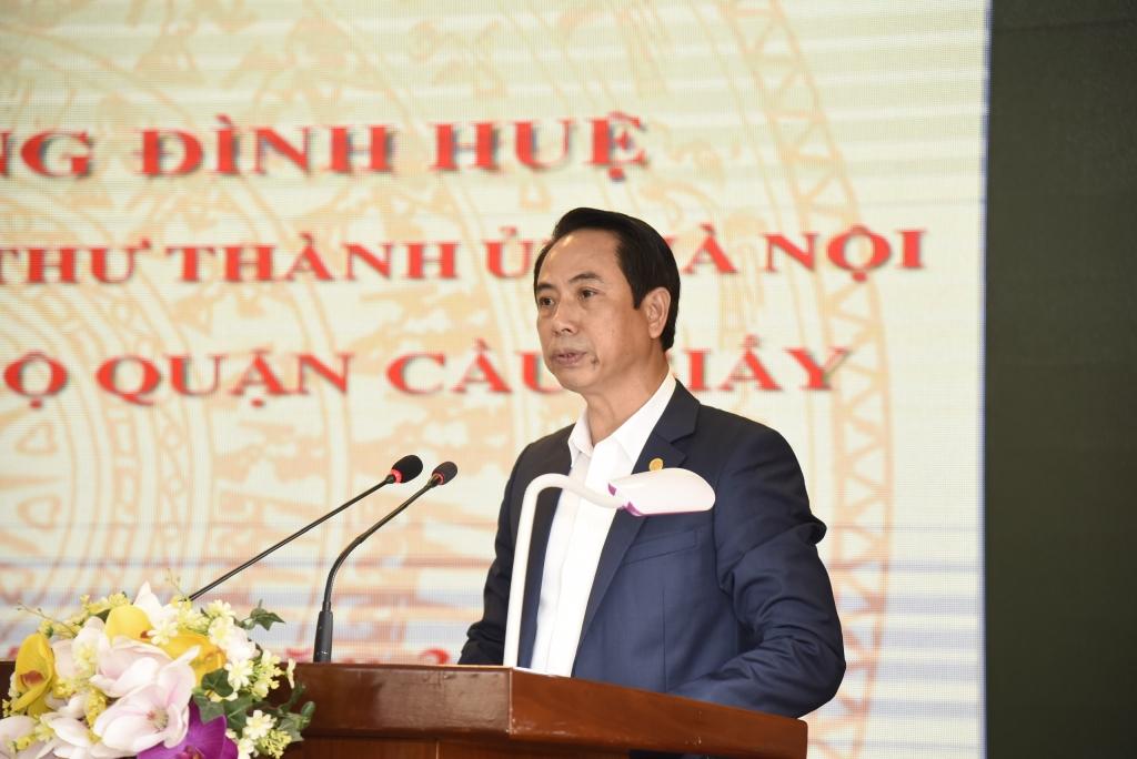 Phó Bí thư Thường trực Quận ủy, Chủ tịch HĐND quận Cầu Giấy Nguyễn Văn Chiến báo cáo tại buổi làm việc