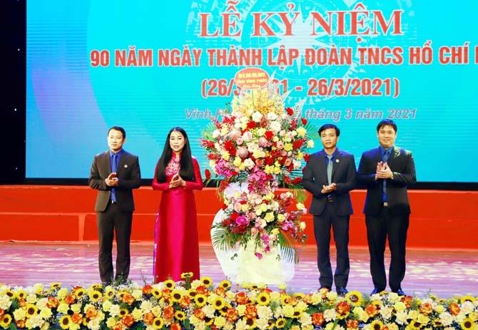 Bí thư Tỉnh ủy Hoàng Thị Thúy Lan tặng lẵng hoa chúc mừng