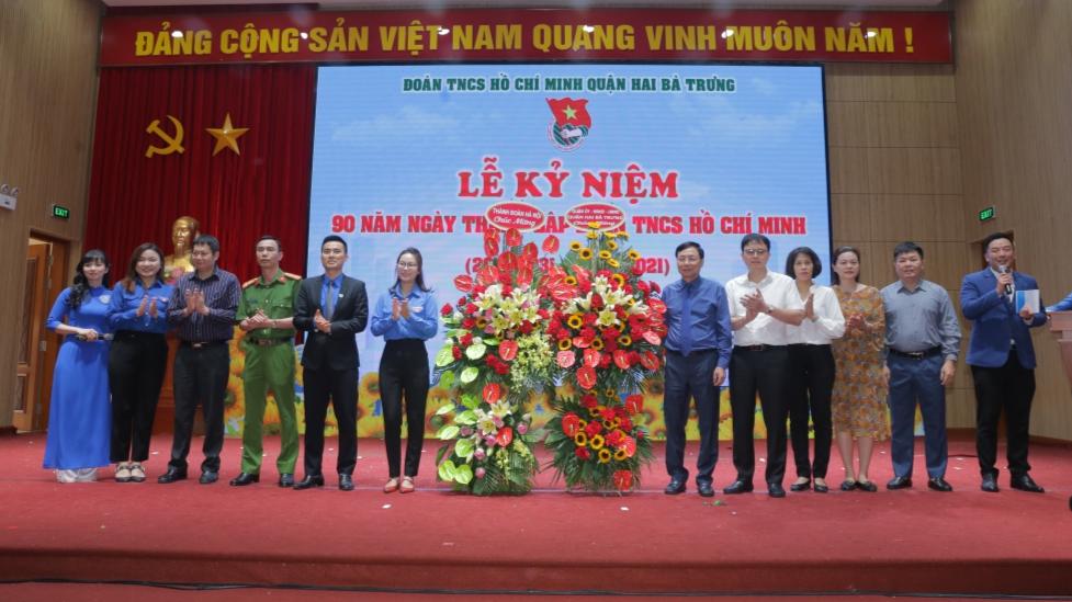 Quận đoàn Hai Bà Trưng đón nhận lẵng hoa chúc mừng của Thành đoàn, Quận ủy Hai Bà Trưng