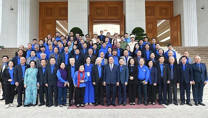 cán bộ đoàn các thời kỳ và cán bộ đoàn tiêu biểu nhận Giải thưởng Lý Tự Trọng năm 2021