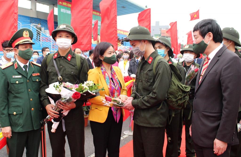 Phó Bí thư Thường trực Thành ủy Hà Nội Nguyễn Thị Tuyến tặng hoa, chúc các tân binh hoàn thành tốt nhiệm vụ tại Lễ giao nhận quân huyện Thanh Trì