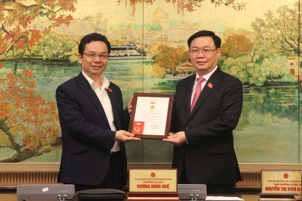 Trưởng đoàn đại biểu Quốc hội thành phố Hà Nội Vương Đình Huệ trao Kỷ niệm chương cho đại biểu Hoàng Văn Cường.