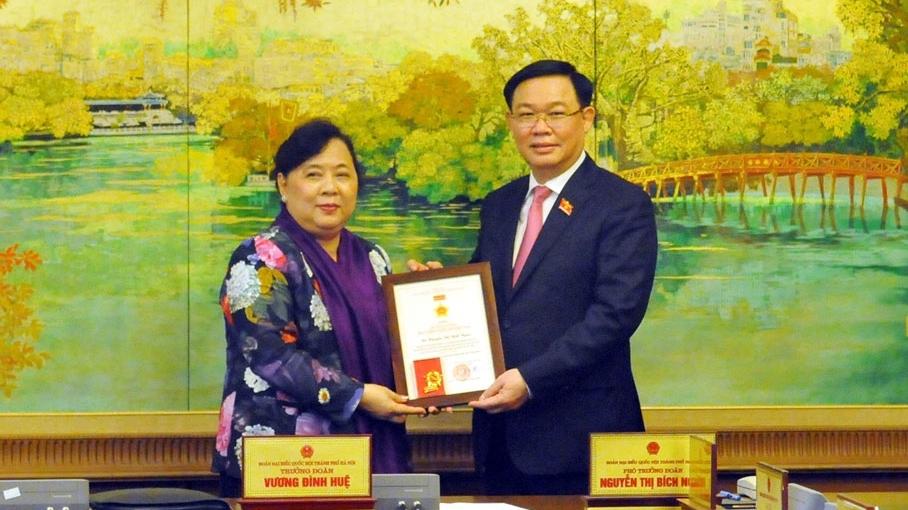 Trao tặng Kỷ niệm chương cho đại biểu Quốc hội Đoàn Hà Nội