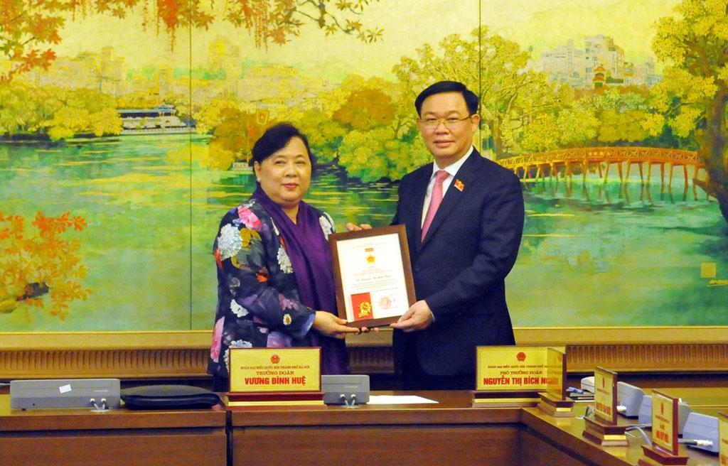 Trưởng đoàn đại biểu Quốc hội thành phố Hà Nội Vương Đình Huệ trao Kỷ niệm chương cho đại biểu Nguyễn Thị Bích Ngọc