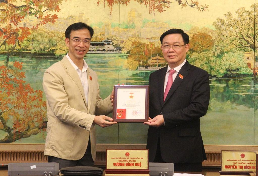 Trưởng đoàn đại biểu Quốc hội thành phố Hà Nội Vương Đình Huệ trao Kỷ niệm chương cho đại biểu Nguyễn Quang Tuấn