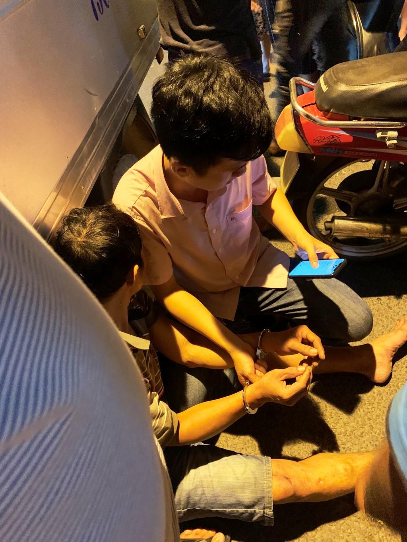 Đối tượng cượp giật bị Thượng úy Phạm Đình Việt khống chế, bắt giữ