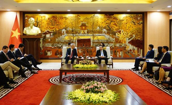 Chủ tịch UBND TP Hà Nội Chu Ngọc Anh trao đổi cùng Đại sứ Cộng hòa Pháp tại Việt Nam Nicolas Warnery