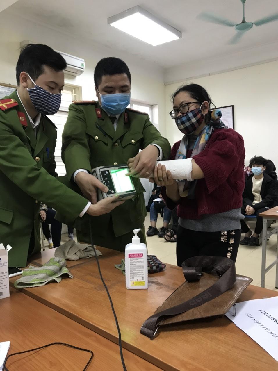 Đoàn viên thanh niên Công an Huyện Thanh Trì nhiệt tình giúp đỡ người bị thương làm thủ tục cấp căn cước công dân