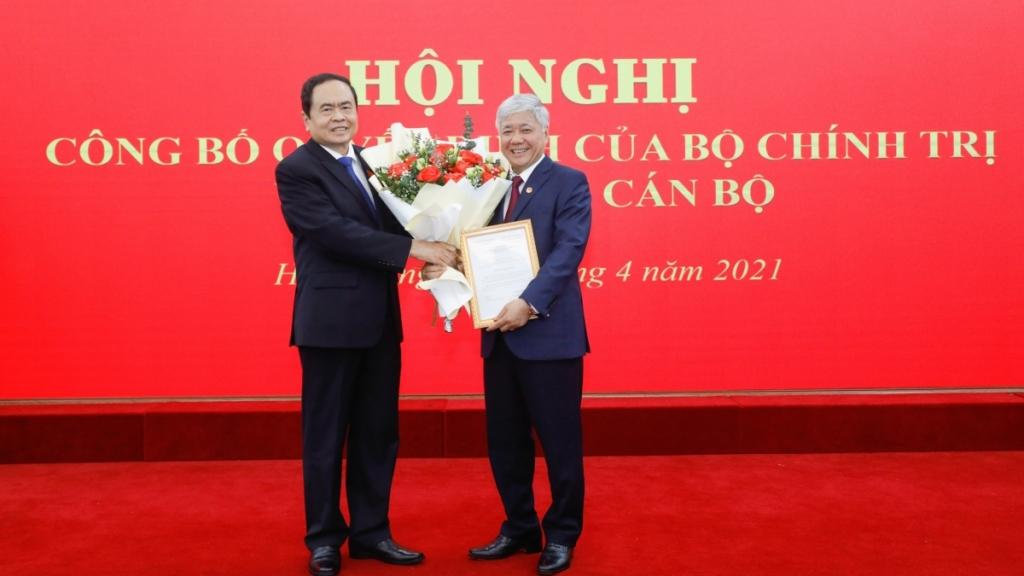 Phó Chủ tịch Thường trực Quốc hội Trần Thanh Mẫn trao quyết định, tặng hoa chúc mừng đồng chí Đỗ Văn Chiến