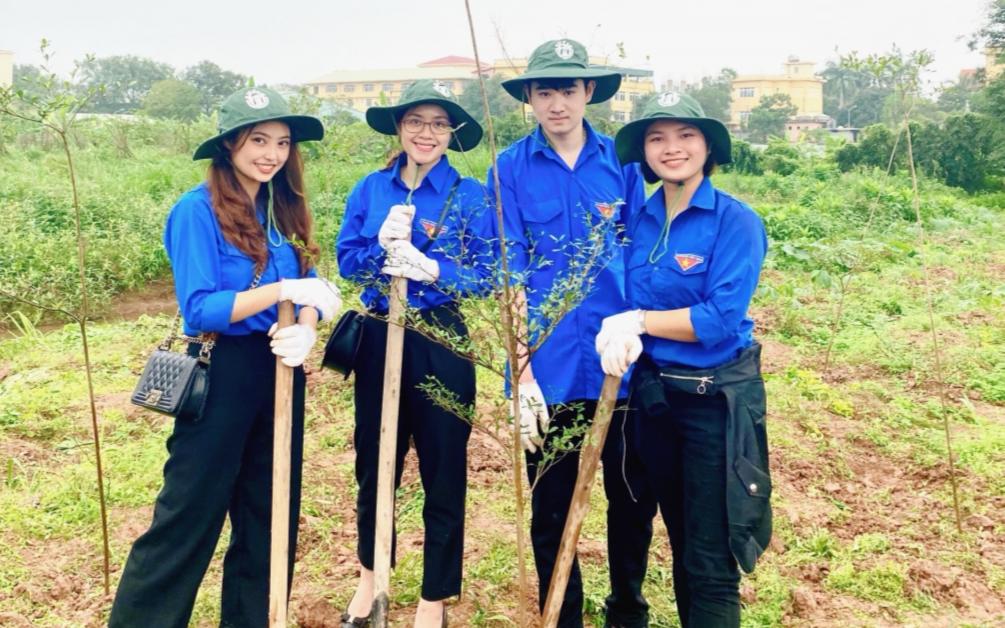 Nữ sinh cùng các bạn tham gia chương trình Vườn ươm thanh niên của Đoàn trường Đại học Mở Hà Nội