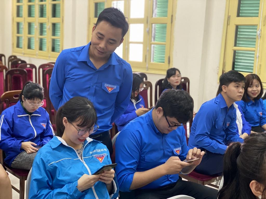Đồng chí Nguyễn Đức Tiến, Phó Bí thư Thường trực Thành đoàn Hà Nội động viên các thí sinh tham gia cuộc thi