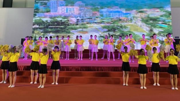 Tiết mục văn nghệ của các em thiếu nhi quận Hoàng Mai