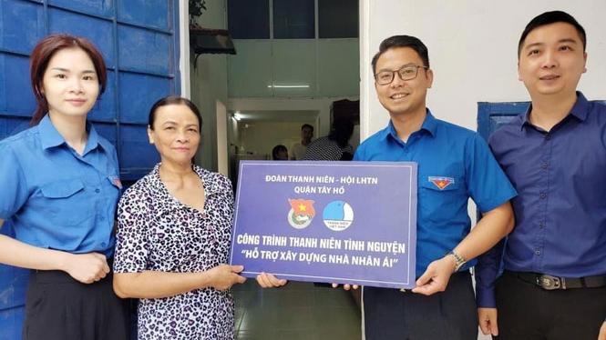 """Quận đoàn Tây Hồ trao tặng """"Nhà nhân ái"""" cho gia đình có hoàn cảnh khó khăn ở phường Phú Thượng."""