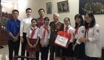 Thiếu nhi Thủ đô thăm, tặng quà các nhân chứng lịch sử trong chiến dịch Điện Biên Phủ